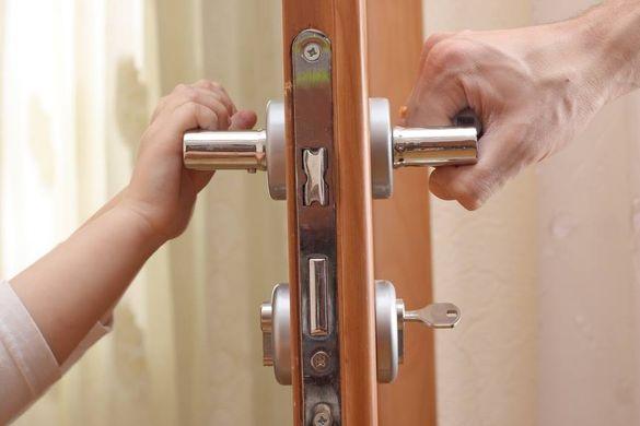 Довго не відчиняв двері: черкащанка викликала рятувальників через зачиненого в квартирі сина
