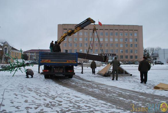 Новорічну ялинку почали встановлювати в одному з міст на Черкащині (ФОТО)