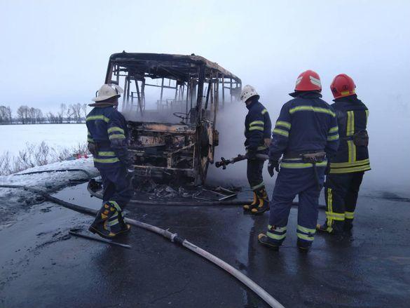 Пасажирський автобус цілком згорів під час руху на Черкащині (ВІДЕО)