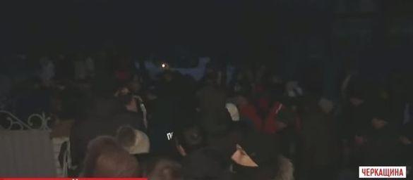 Сотня черкащан збунтувалися через маніяка-сина колишнього судді (ВІДЕО)