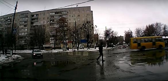 Мережу підкорює відео з черкащанином, який епічно послизнувся на дорозі