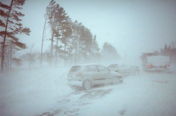 Затор посеред поля: на Черкащинії застрягли десятки автівок та рейсовий автобус