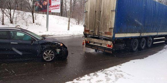 У Черкасах легковик врізався у вантажний автомобіль (ФОТО)