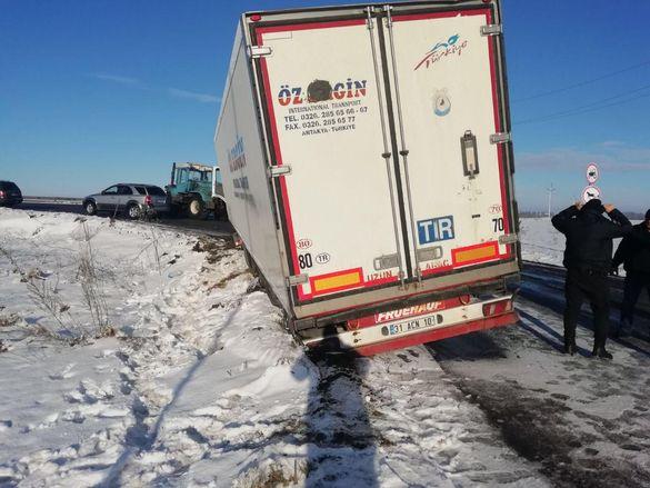 На трасі, що проходить Черкащиною, вантажівка злетіла в кювет