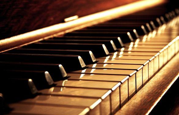 Черкаському обласному краєзнавчому музею подарували раритетне піаніно (ВІДЕО)