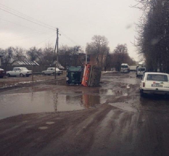 Жителі Черкас вимагають відремонтувати дорогу, на якій застряють авто та маршрутки
