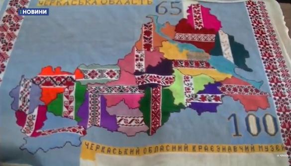 Карта Черкащини, яку вишивали близько сотня майстринь, вже майже готова (ВІДЕО)