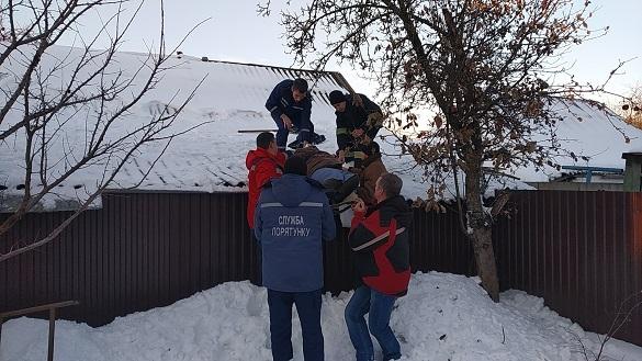 На Черкащині рятували жінку, яка послизнулася на даху дому та зламала ногу (ВІДЕО)