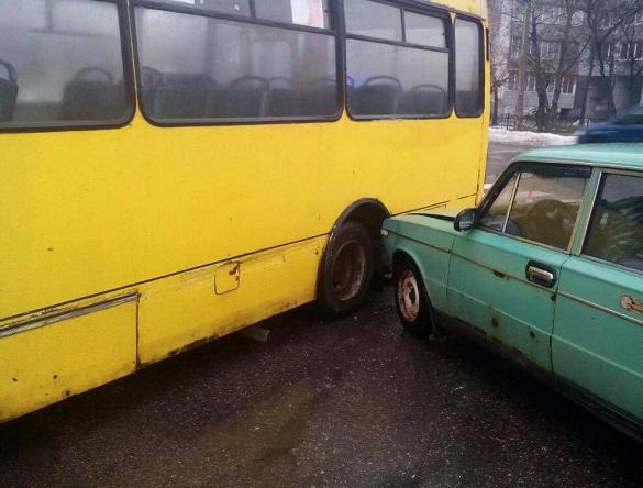 У Черкасах не розминулися маршрутка з легковиком (ФОТО)