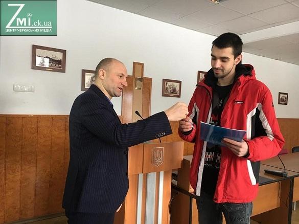 У Черкасах двом хлопцям-сиротам вручили ключі від квартир (ФОТО)
