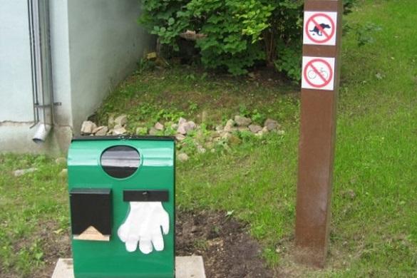 Жителі Черкас просять встановити по місту баки для прибирання за собаками
