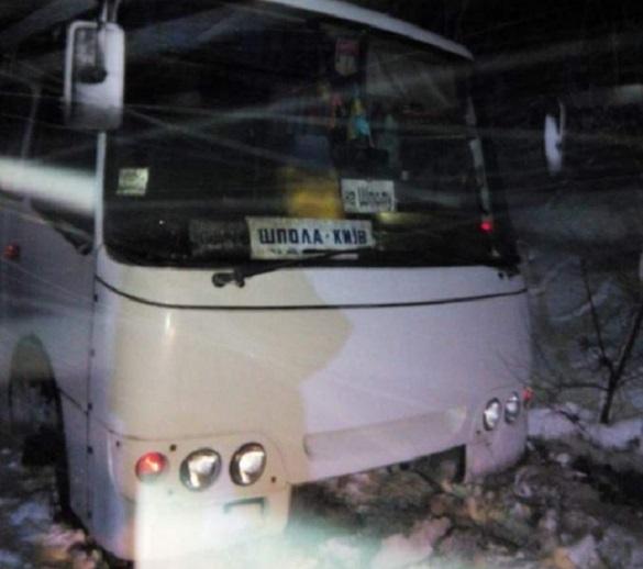 На Черкащині через негоду зі снігових заметів визволяли рейсовий автобус