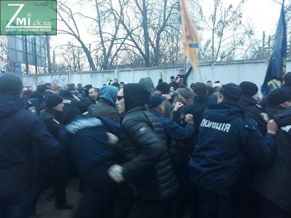 З'явилися відео бійки поліції та активістів в Черкасах після візиту Порошенка