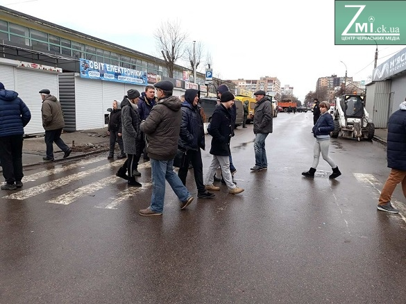 Біля ринку в центрі Черкас заблокували дорогу (ФОТО)