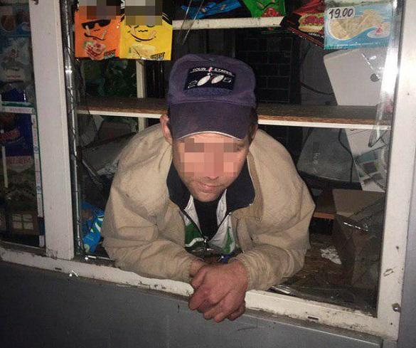 Дуже хотів цигарки: у Черкасах чоловік розбив вікно та обікрав кіоск
