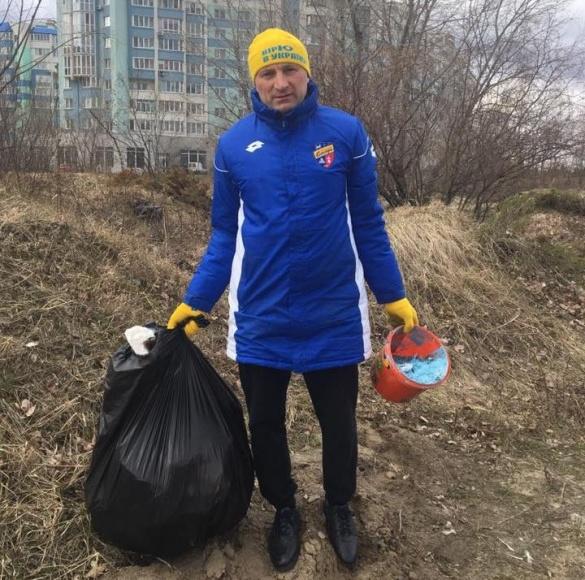 Один у полі - воїн: мер Черкас озброївся сміттєвими пакетами і пішов на набережну (ФОТО)