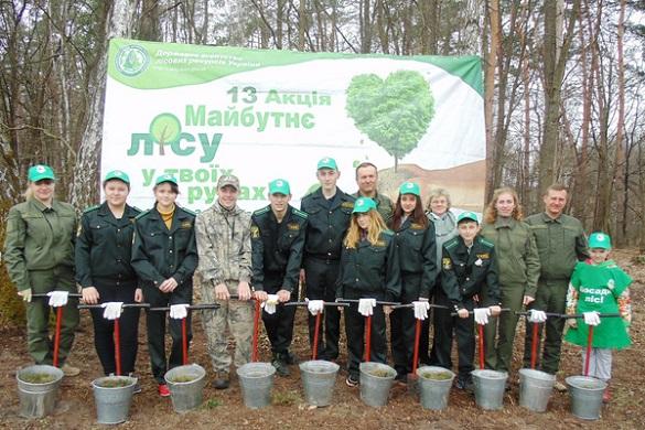 На Черкащині школярі висаджували молодий ліс (ФОТО)