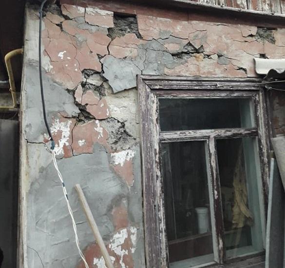 У Черкасах жінка проживає в будинку, який розвалюється на очах (ФОТО)