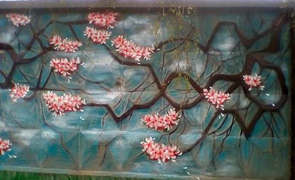 Стіни хлібзаводу на Черкащині перетворилися на квітучі сакури