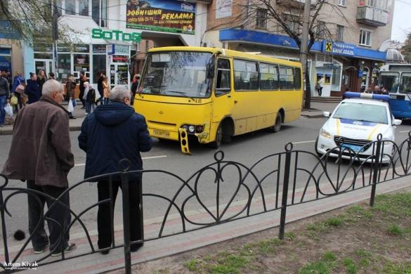 Не розминулися маршрутка і авто: у центрі Черкас сталася ДТП (ФОТО)