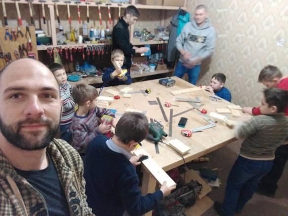 Переселенець навчає черкаських хлопців робити речі для дому