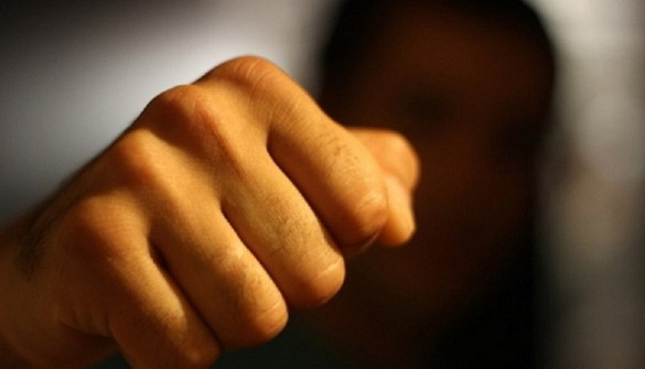 У Черкасах молодики побили подружжя (ВІДЕО)