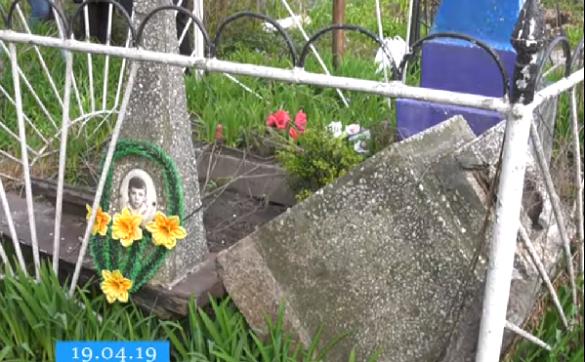 На одному з черкаських цвинтарів невідомі потрощили могили (ВІДЕО)