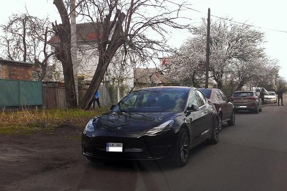 У Черкасах помітили електромобіль Tesla Model 3 (фотофакт)