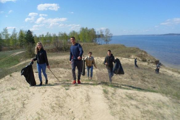 Юні черкащани розчистили від сміття три кілометри узбережжя Дніпра (ФОТО)