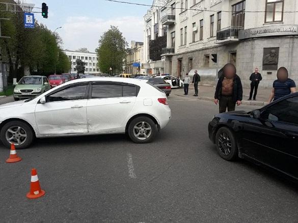 У центрі Черкас зіткнулися дві автівки