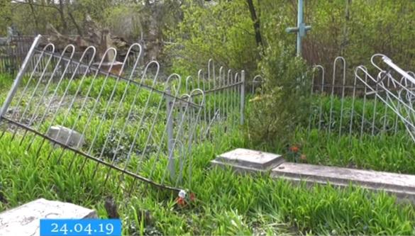 У Черкасах вандали влаштували погром на цвинтарі