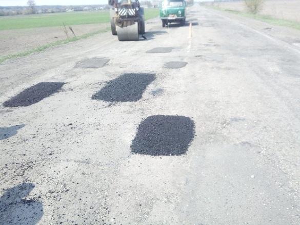 У Черкаській області триває ямковий ремонт доріг