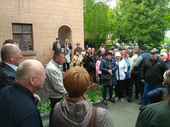 У Ватутіному закривають частину відділень лікарні: люди протестують (ФОТО)