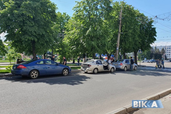 У середмісті Черкас зіткнулися три автівки (ФОТО)