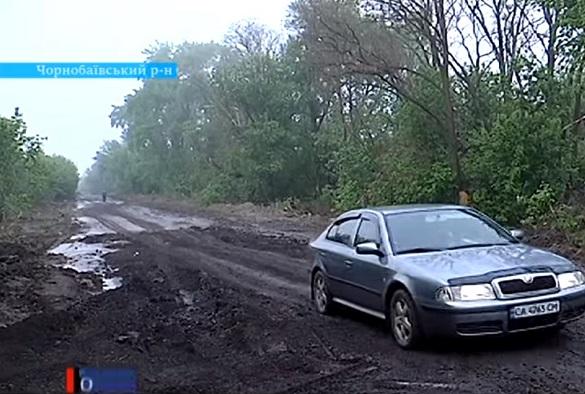 Водії Чорнобаївщини потопають у багнюці через незавершений ремонт дороги (ВІДЕО)