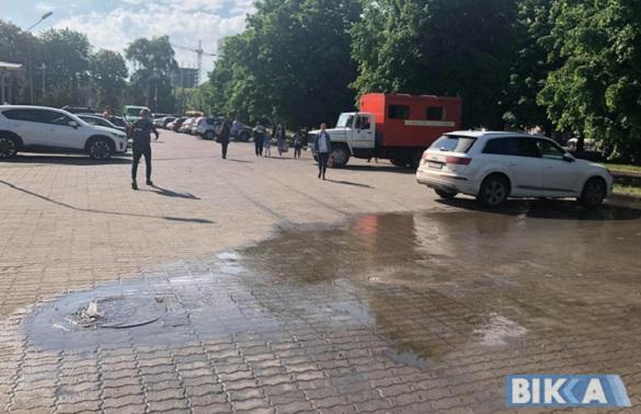 Біля черкаського ТЦ із люка фонтаном забила вода (ВІДЕО)