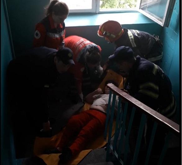 У Черкасах із палаючої квартири врятували жінку