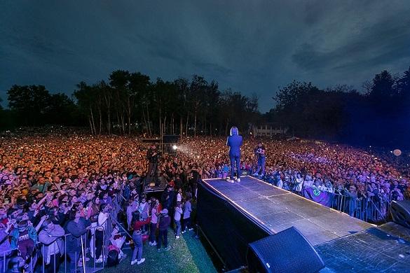 Олег Винник виступив із безкоштовним концертом у рідному селі (ФОТО, ВІДЕО)