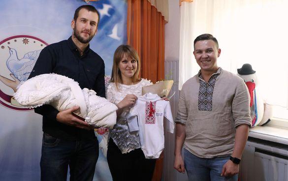 Допомога молодим сім'ям: у Черкасах вручили перший пакунок малюка (ФОТО)