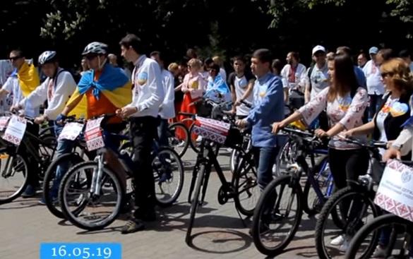 Патріотичний верх та спортивний низ: у Черкасах День вишиванки відзначили велопробігом (ВІДЕО)