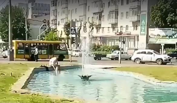 У середмісті Черкас чоловік вирішив помити ноги в фонтані (ВІДЕО)