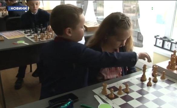 Маленький черкащанин організував майстер-клас із гри в шахи (ВІДЕО)