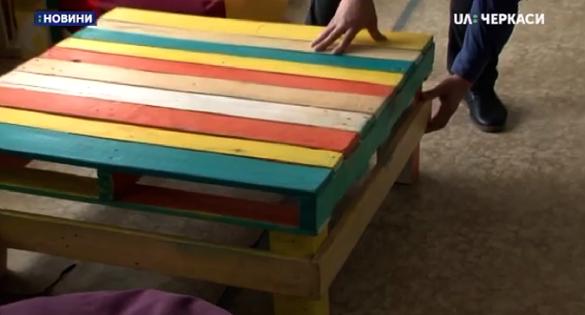 У Золотоноші учні виготовляють незвичні меблі для школи (ВІДЕО)