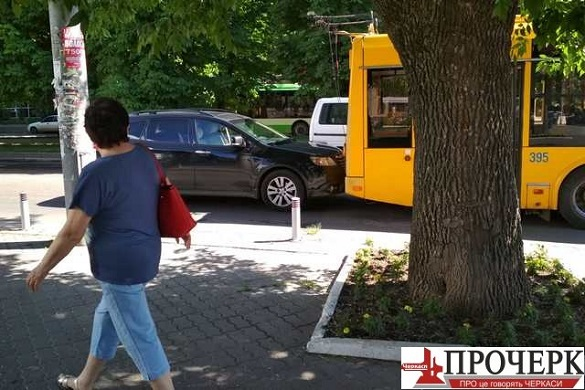 У Черкасах поблизу міськради легковик врізався у тролейбус