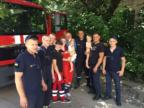 У Черкасах із задимленої квартири рятували батька з двома дітьми