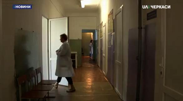 Обдерті стіни та пожовкла стеля: черкаська поліклініка потребує ремонту (ВІДЕО)