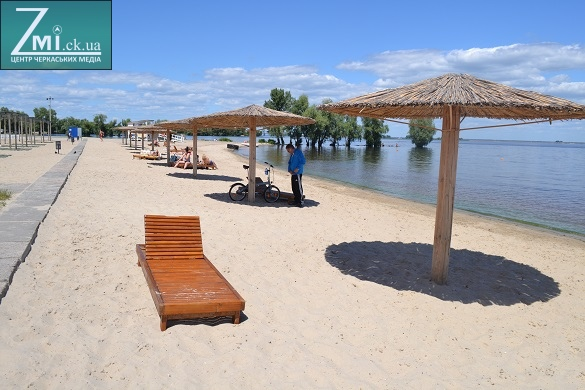 Ще на двох черкаських пляжах з'являться безкоштовні лежаки