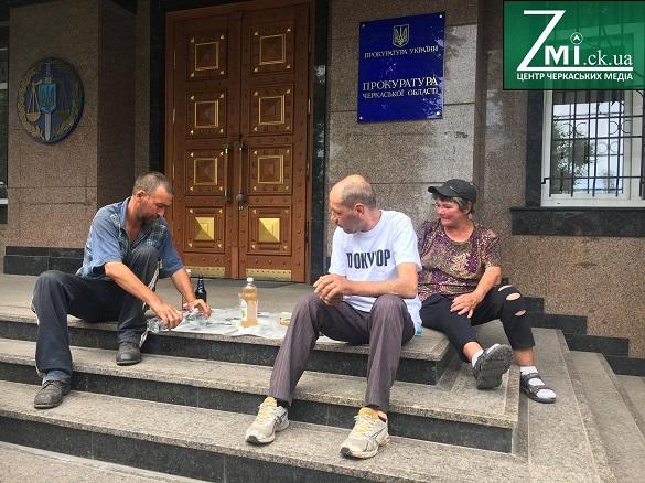 Під черкаською прокуратурою влаштували імпровізовану розливайку (ФОТО)