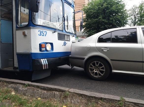 У черкаського тролейбуса під час руху відмовили гальма (ФОТО)