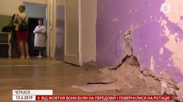 Падає штукатурка, трухлява підлога: у черкаській лікарні батьки хвилюються за безпеку дітей (ВІДЕО)